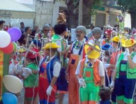 Pinochos y minipinochos, desfilando